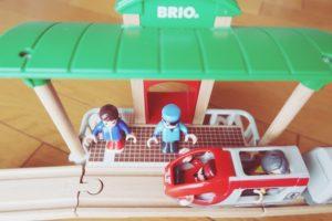 ブリオ(BRIO)の駅と人と電車